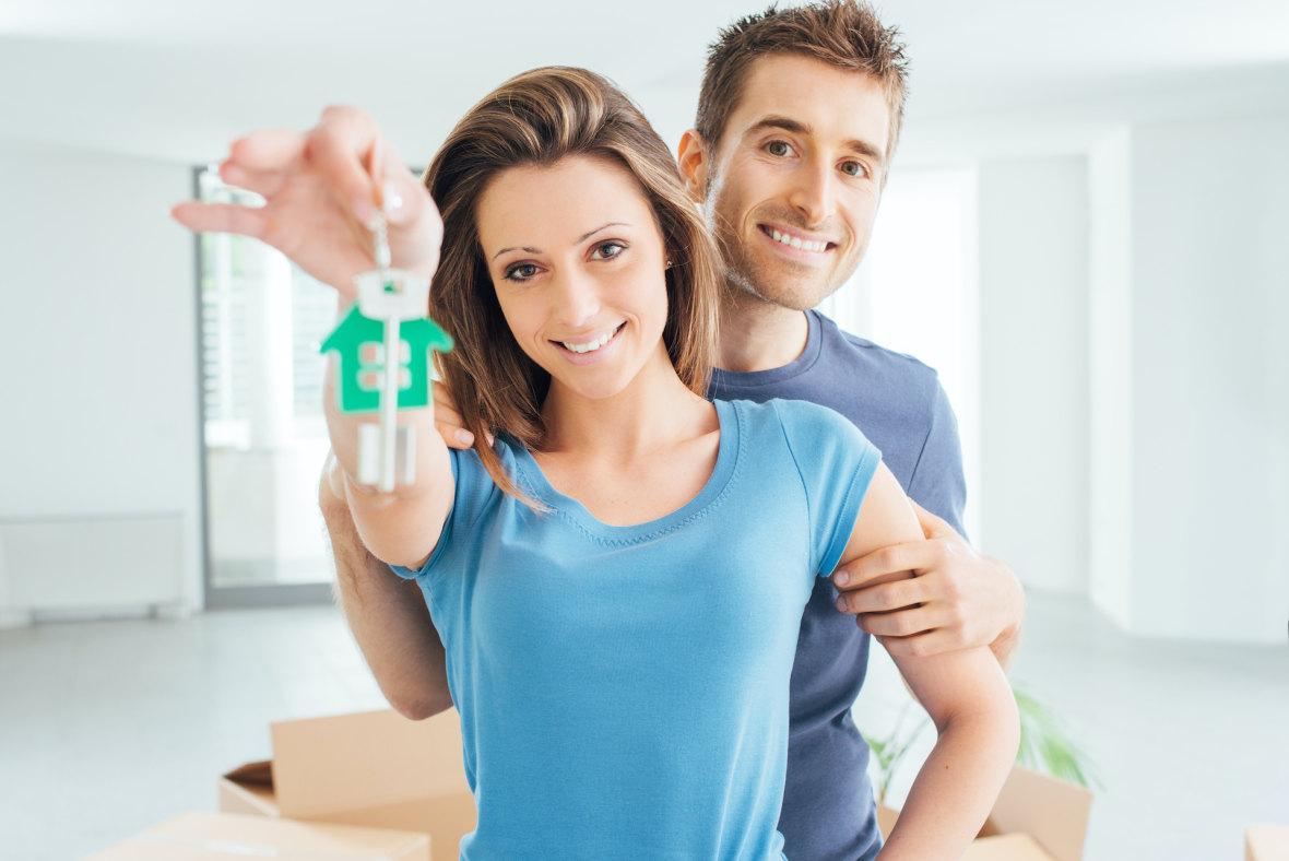 šťastný mladý pár ukazuje kľúče od domu