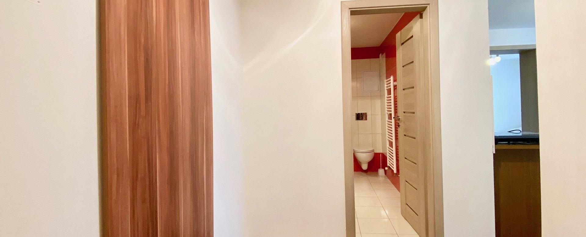 vstup do bytu a pohľad do kúpeľne