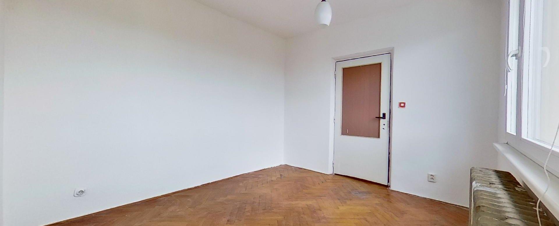 Spálňa s pôvodnými drevenými parketami