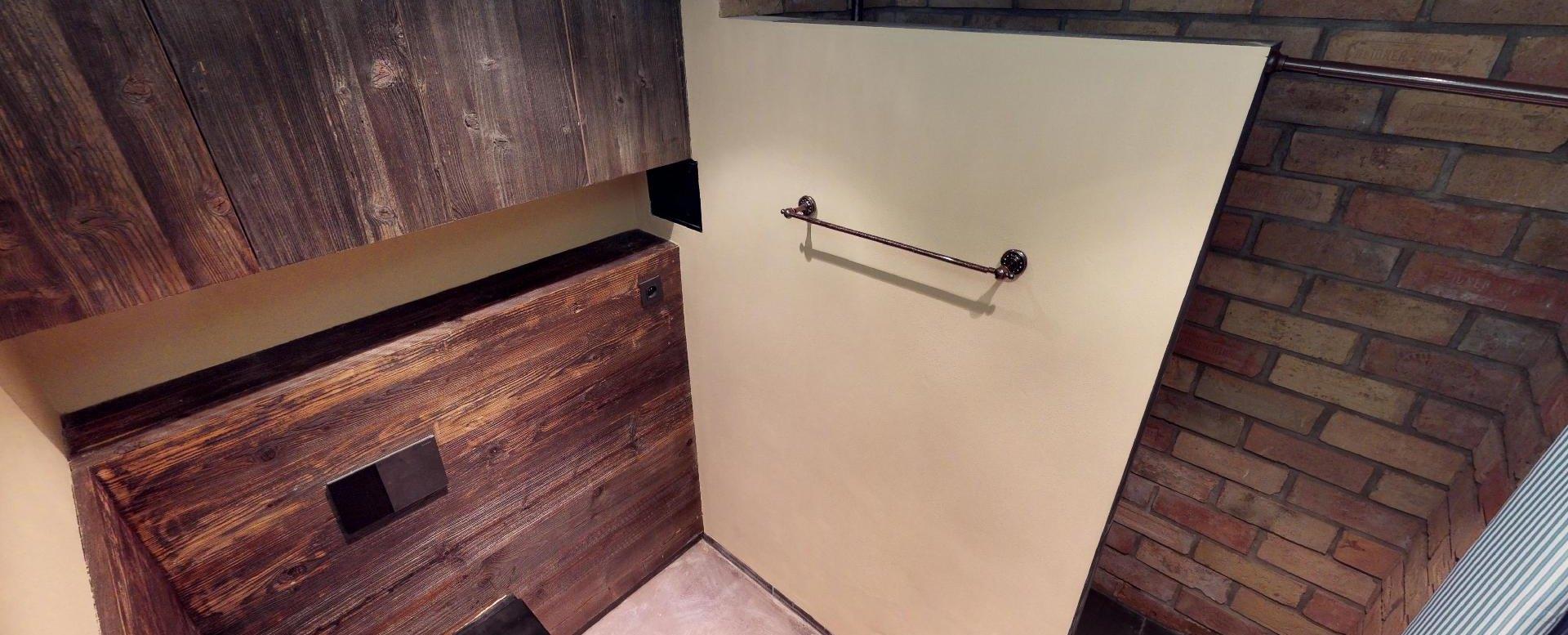 Pohľad na sprchový kút a toaletu v byte na Dieňovej ulici
