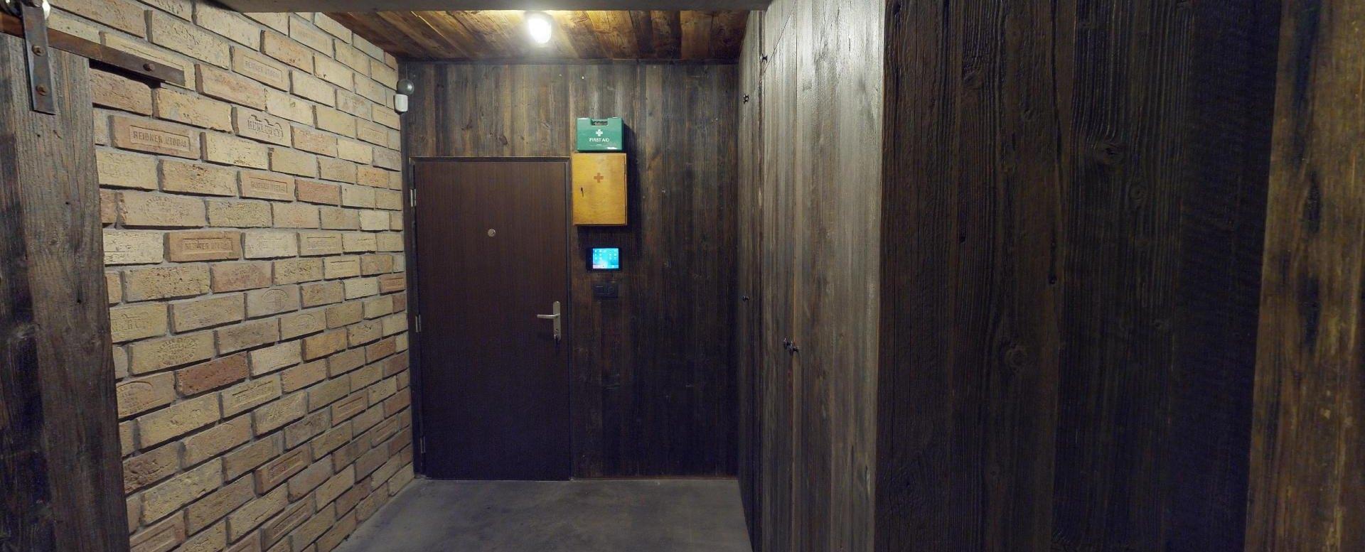 Pohľad na vstup do bytu na Drieňovej ulici