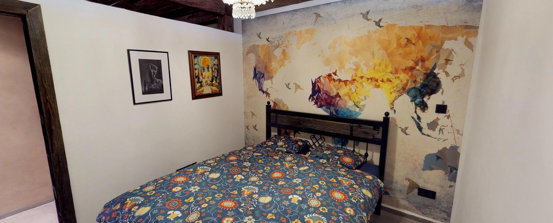 Spálňa s obrazmi v byte na Dieňovej ulici