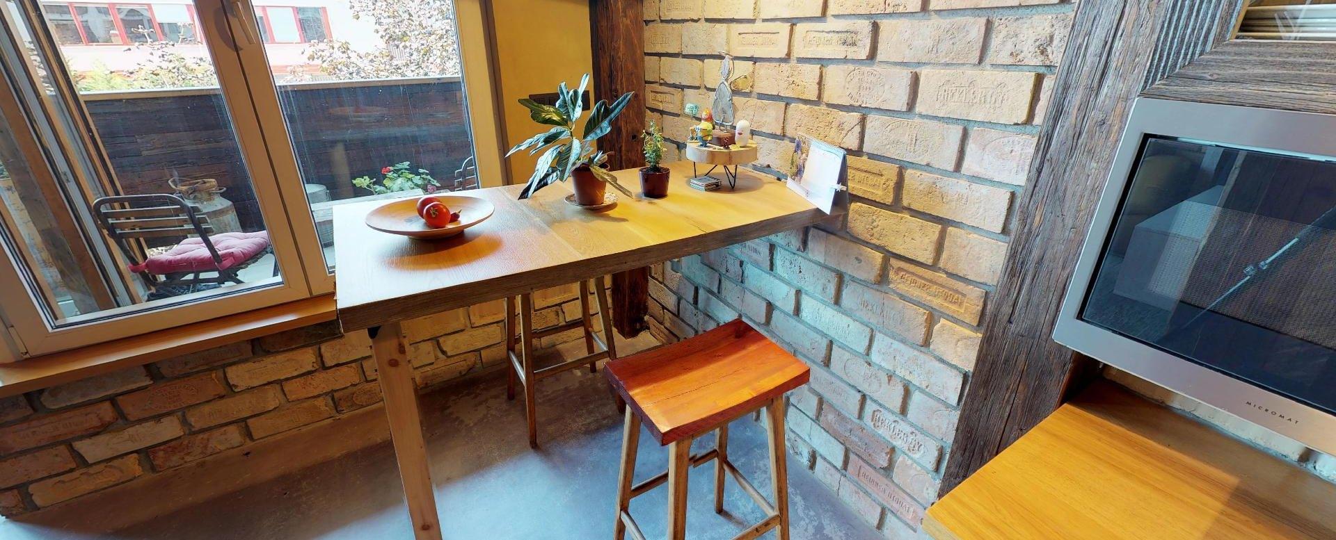 Stôl v jedálenskej časti v byte na Dieňovej ulici