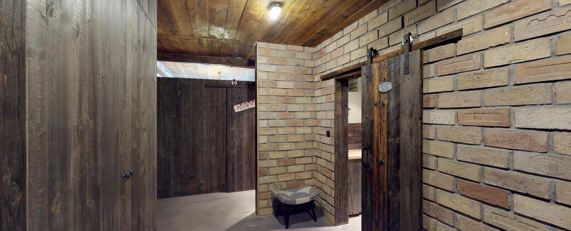 Pohľad na kúpeľňové dvere v byte na Dieňovej ulici