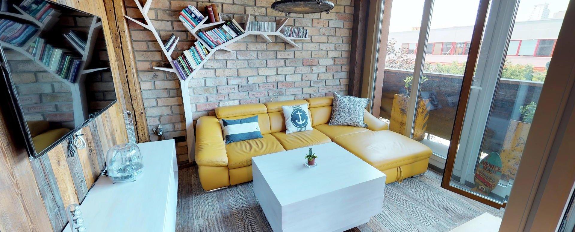 Obyávacia izba s balkónom v byte na Dieňovej ulici