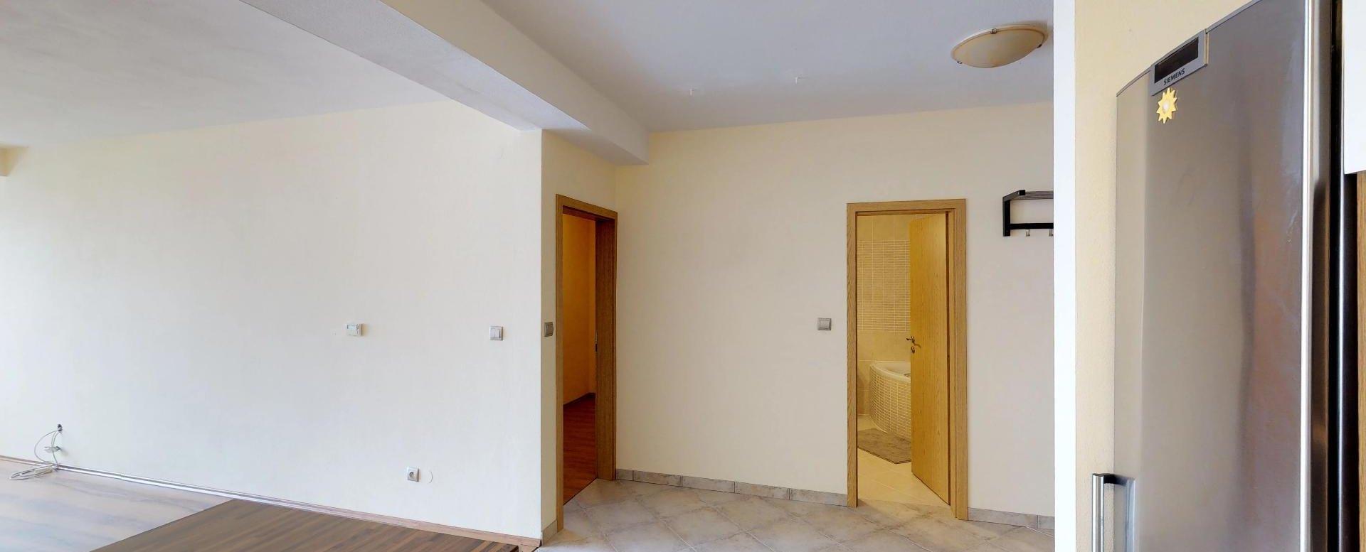 Pohľad z kuchyne v 2-izbovom byte na Budatínskej uliciv Petržalke
