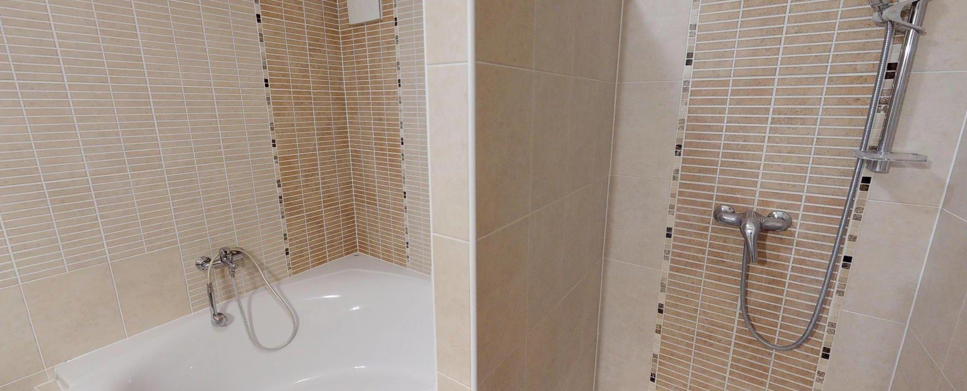 Kúpeľňa s vaňou a sprchovým kútom v 2-izbovom byte na Budatínskej uliciv Petržalke