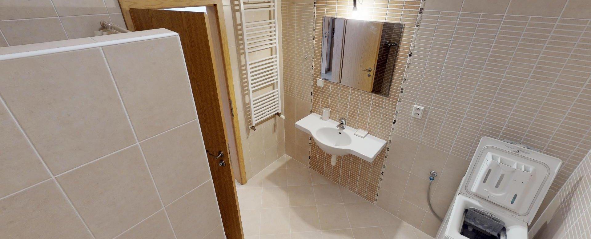 Pohľad v kúpelni v 2-izbovom byte na Budatínskej uliciv Petržalke