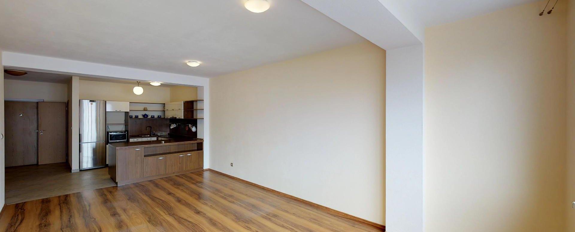 Obývacia izba s kuchyňou v 2-izbovom byte na Budatínskej uliciv Petržalke