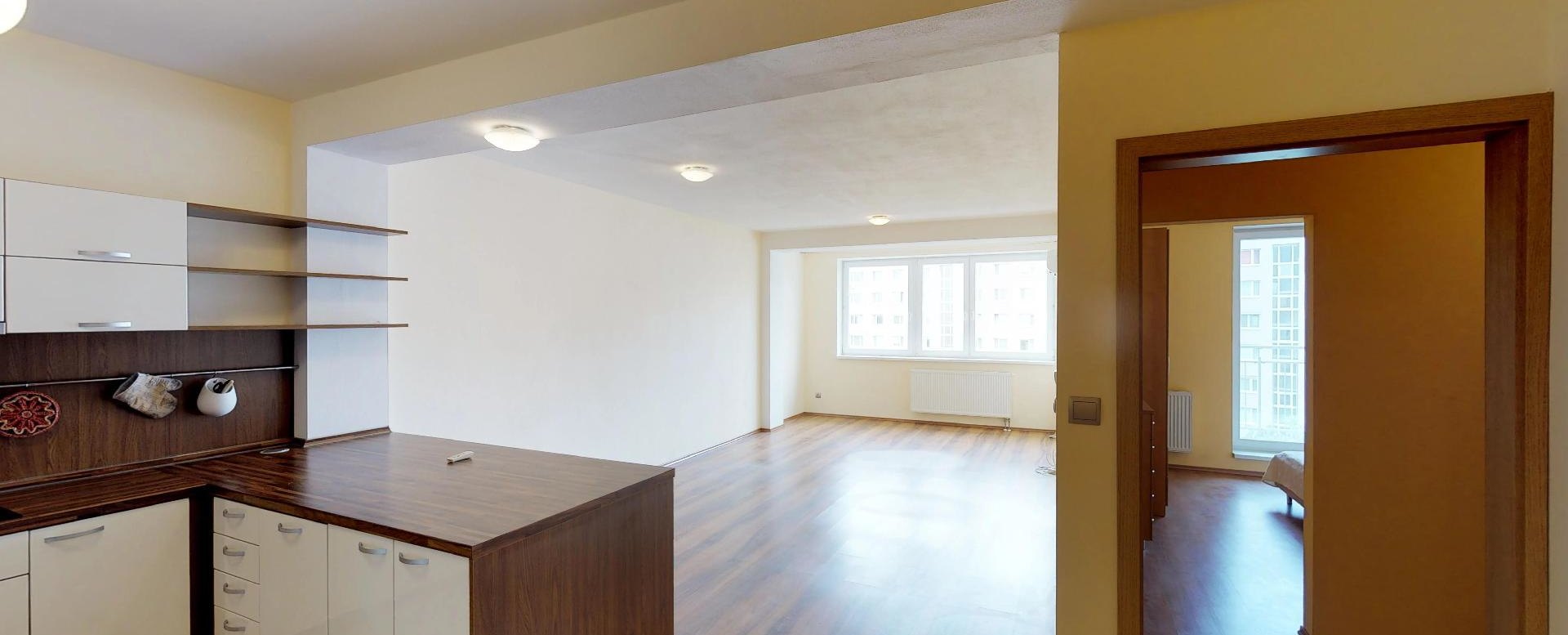 Pohľad do obývačky a spálne so šatníkom v 2-izbovom byte na Budatínskej uliciv Petržalke