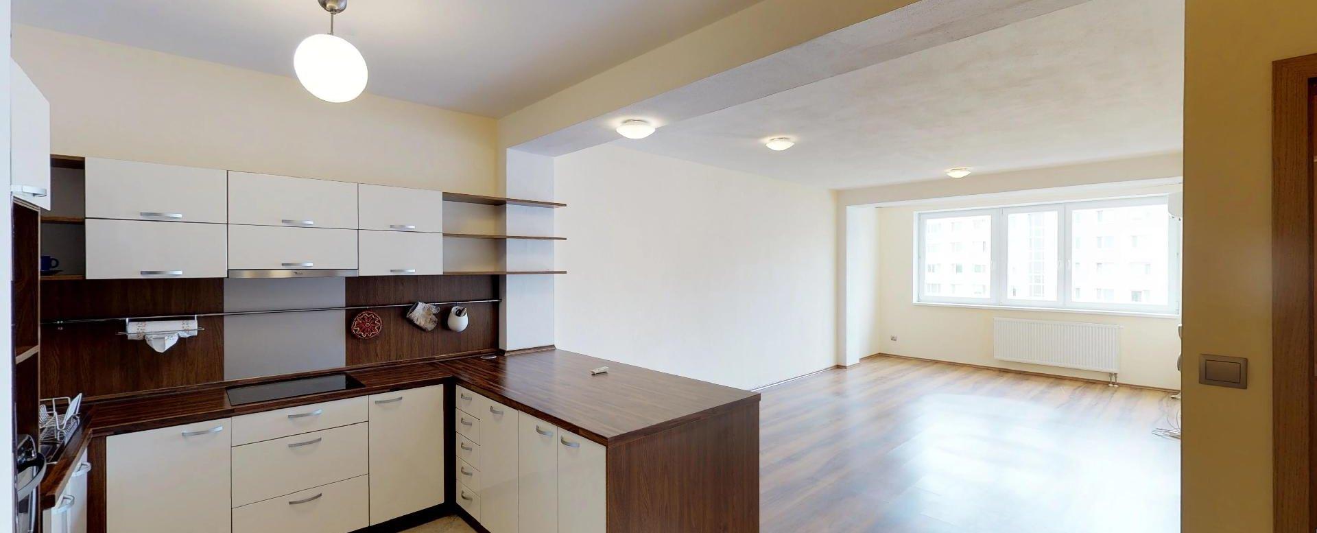 Pohľad do kuchyne a obývacej izby v 2-izbovom byte na Budatínskej uliciv Petržalke