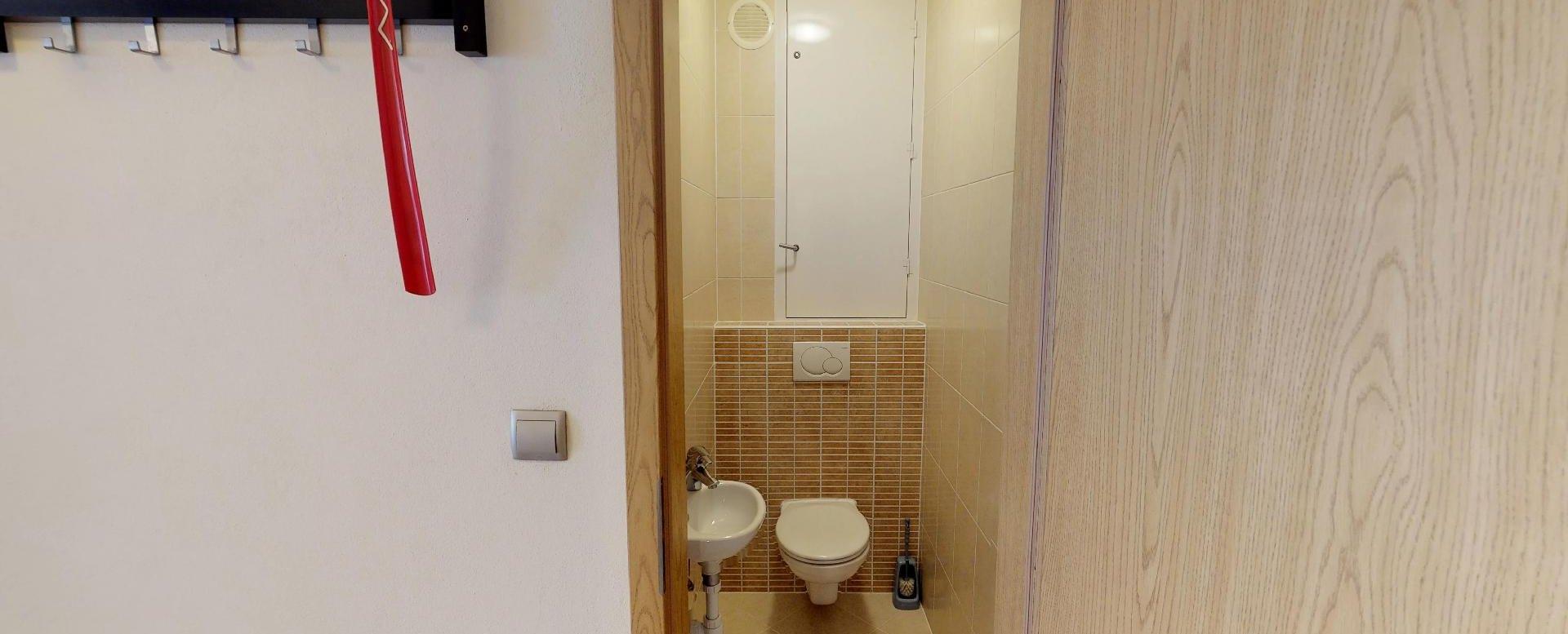 Toaleta (WC) v 2-izbovom byte na Budatínskej uliciv Petržalke