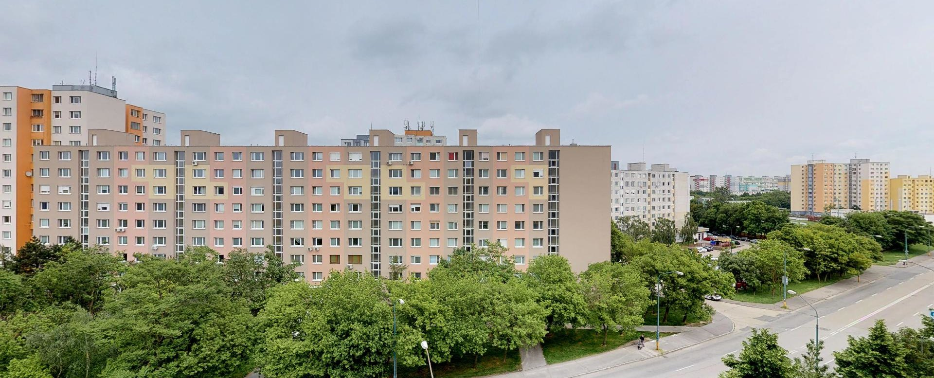 Výhľad z 2-izbového bytu na Budatínskej uliciv Petržalke