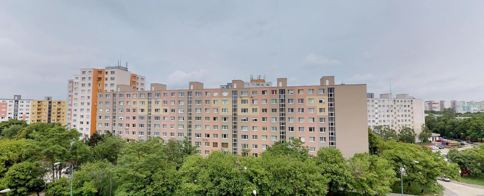 Výhľad z lodžie v 2-izbovom byte na Budatínskej uliciv Petržalke