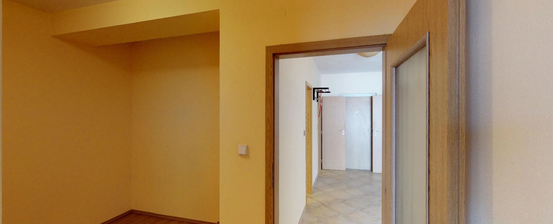 Pohľad do šatníka v 2-izbovom byte na Budatínskej uliciv Petržalke
