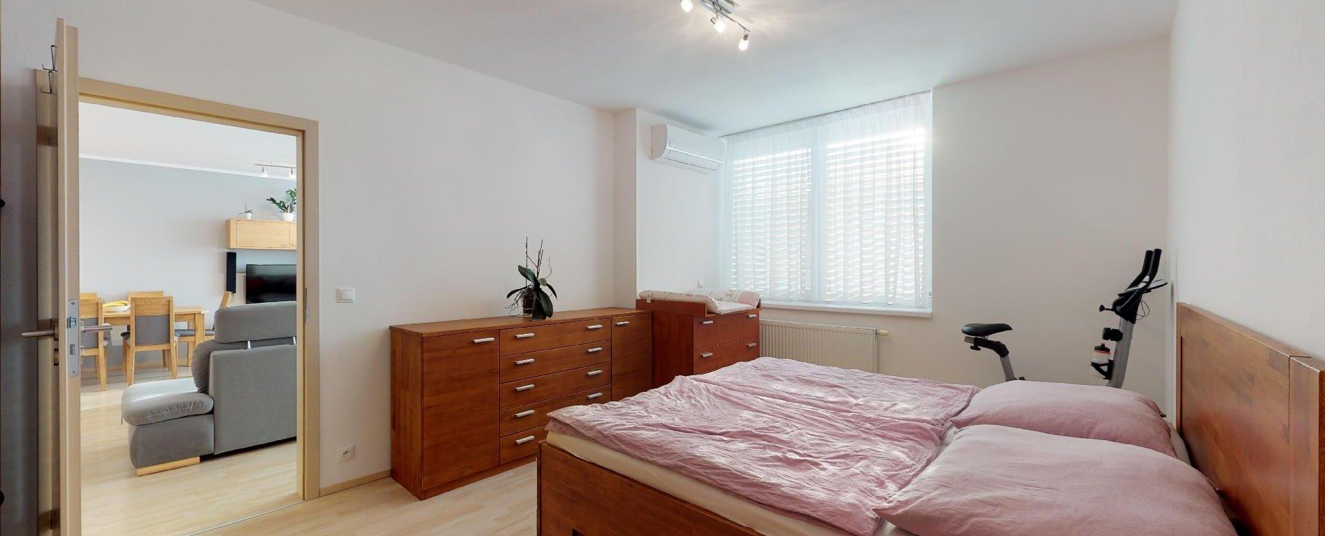 manželská posteľ a klimatizácia v spálni