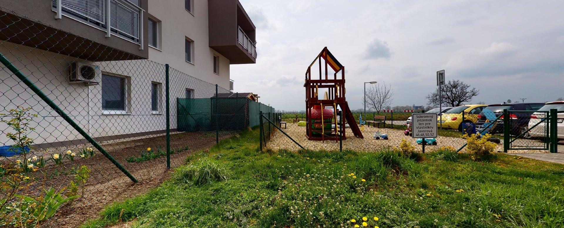 detské ihrisko pri bytovom dome na Javorovej ulici