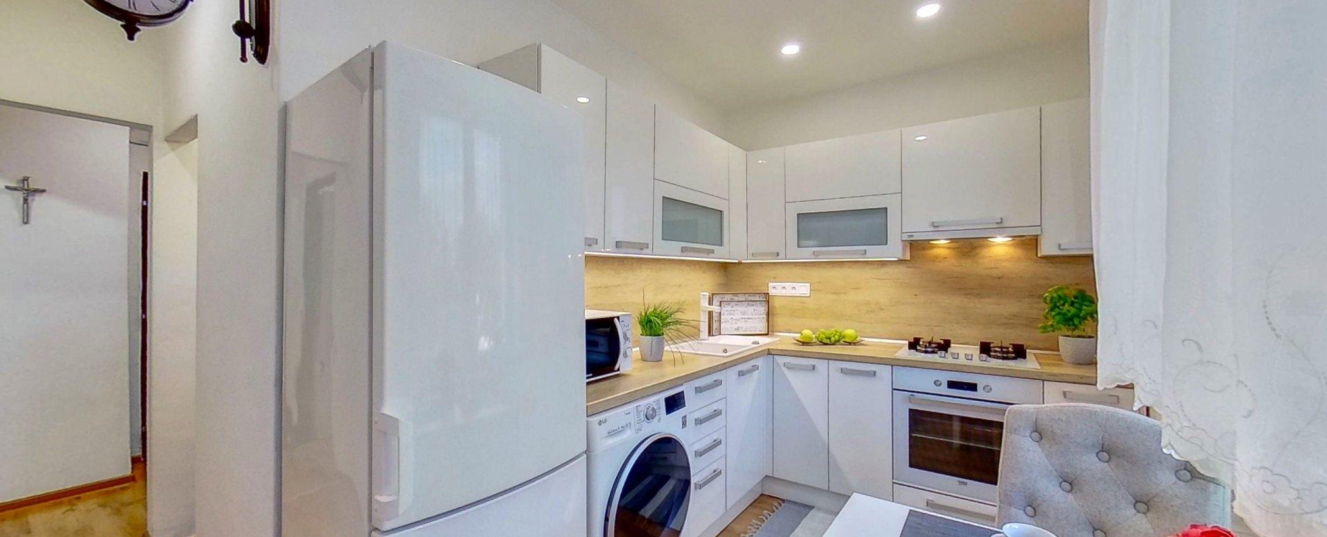 Pohľad na kuchynskú linku a chladničku