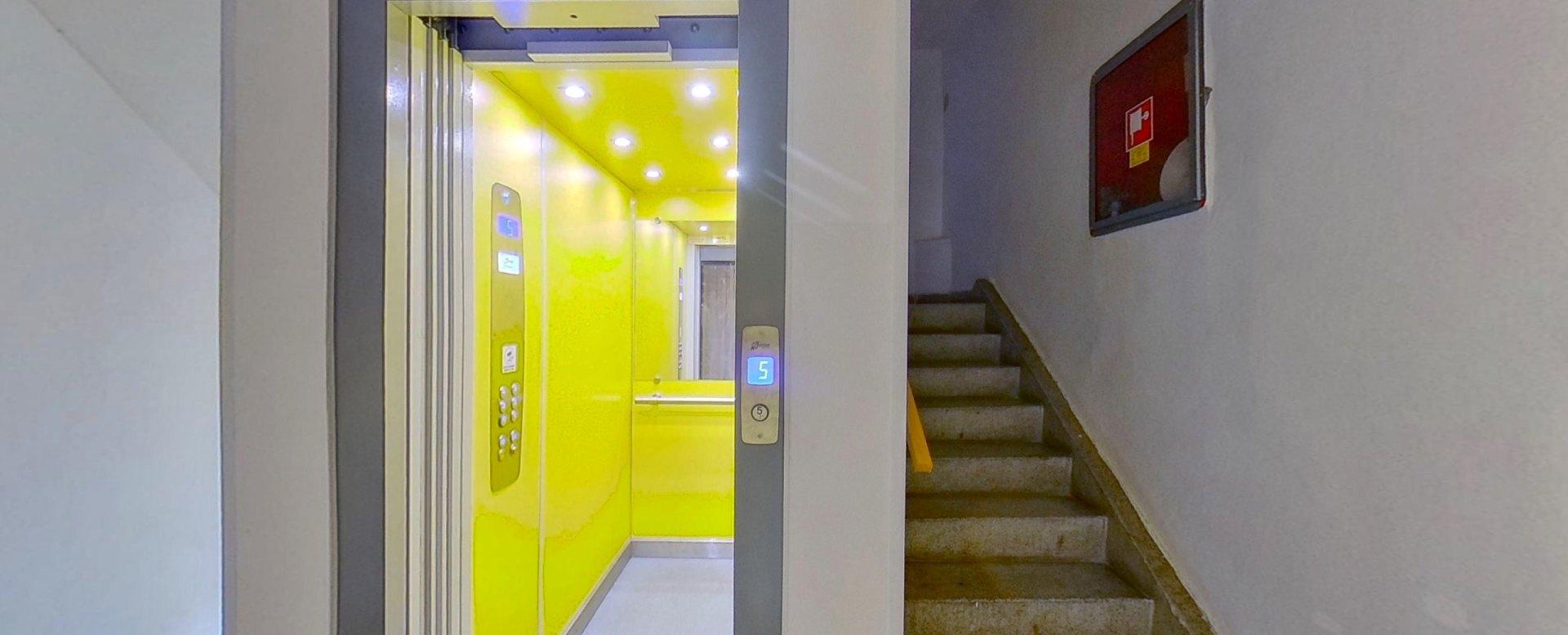 Pohľad na výťah a schodisko bytového domu