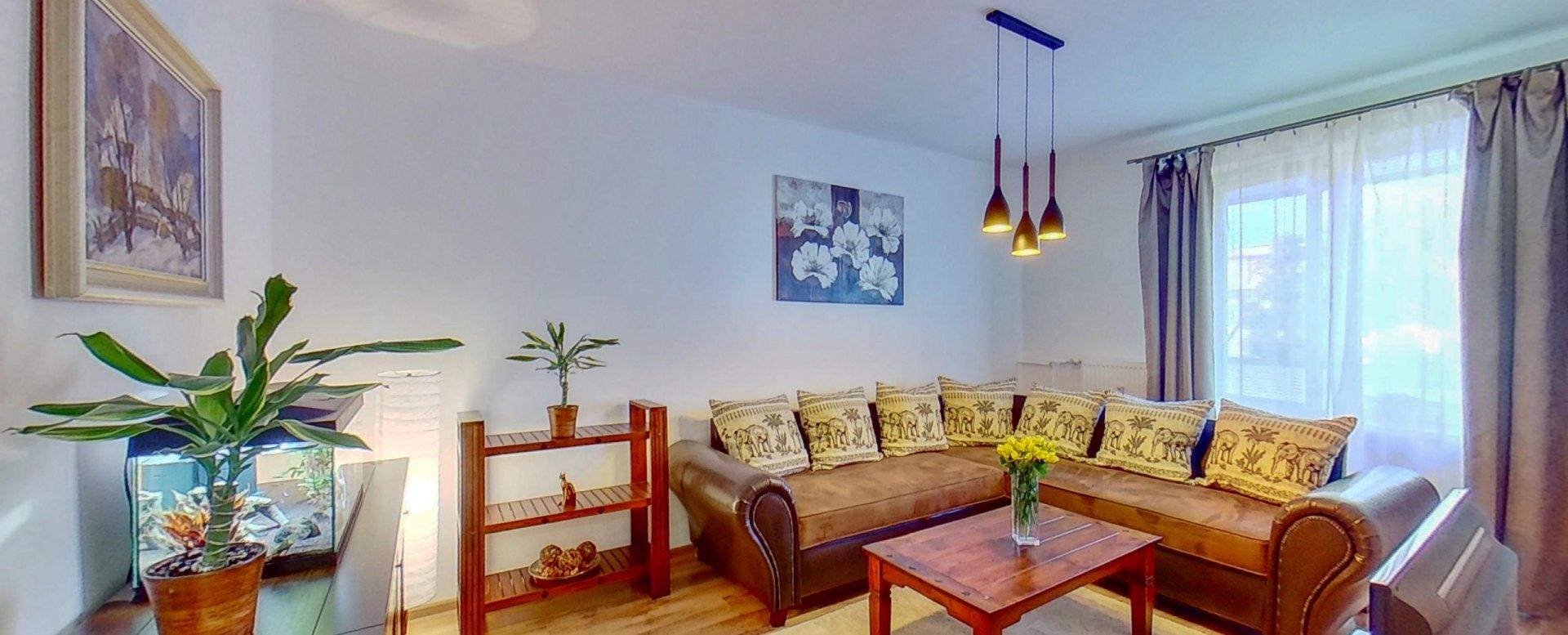 Zariadená obývacia izba s balkónom