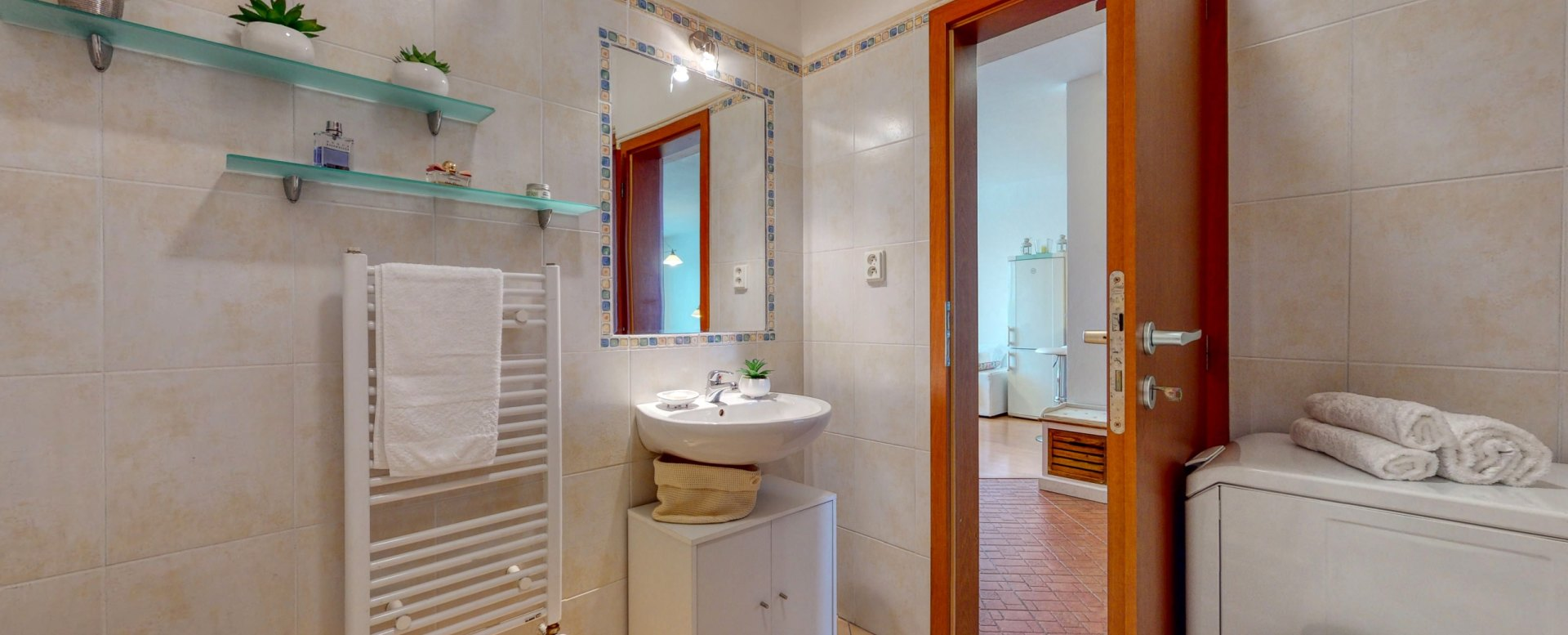 Kúpeľňa s veľkou rohovou vaňou