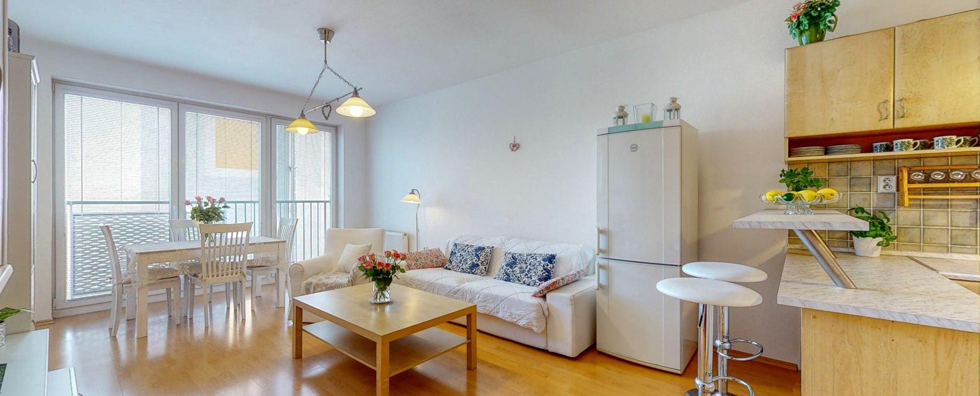 Priestranná obývacia izba s francúzskym balkónom