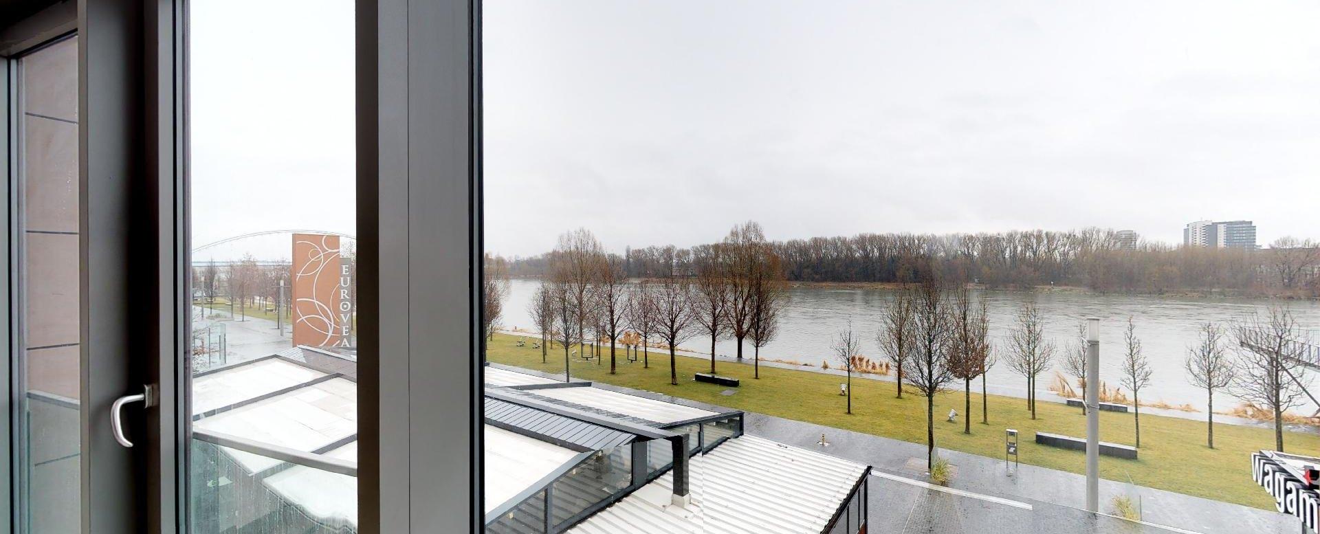 Výhľad na Dunaj a nábrežie z 2-izbového mezonetu v Eurovea Riverside