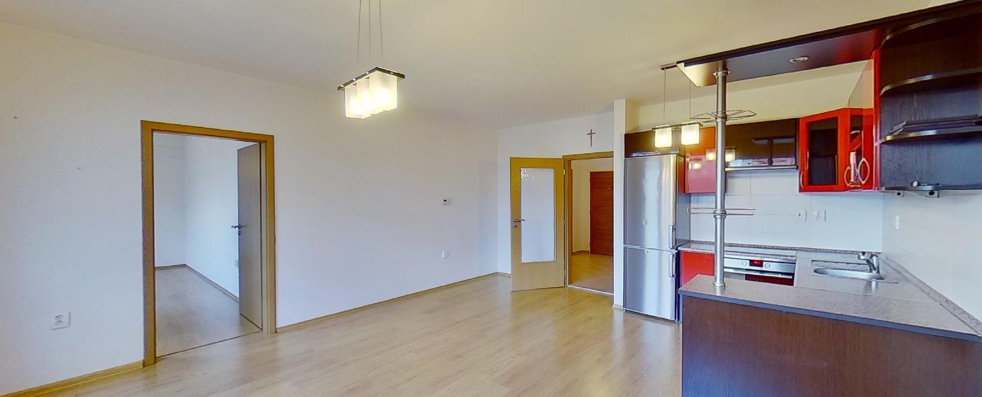 Obývacia izba s kuchynskou linkou v 2-izbovom byte na ulici Jana Kollára v Čadci