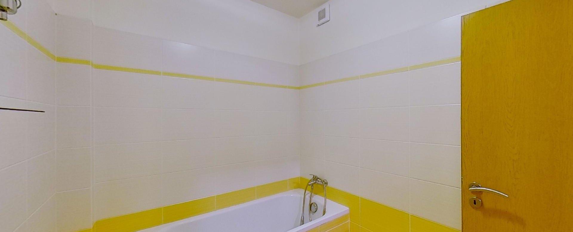 Pohľad na vaňu v kúpeľni Obývacia izba s kuchynskou linkou v 2-izbovom byte na ulici Jana Kráľa v Čadci
