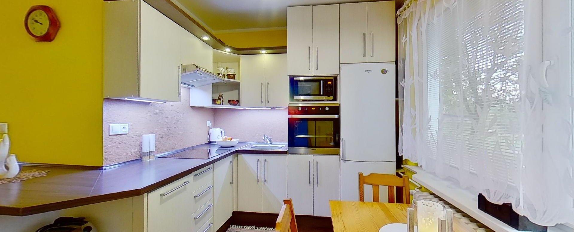 Kuchynský stôl a kuchynská linka v 2-izbovom byte na Školskej v Čadci