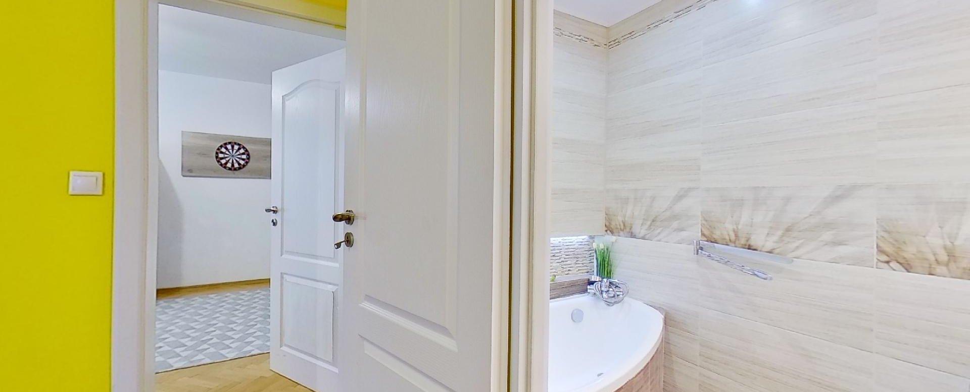 Pohľad do kúpeľne a izby v 2-izbovom byte na Školskej v Čadci