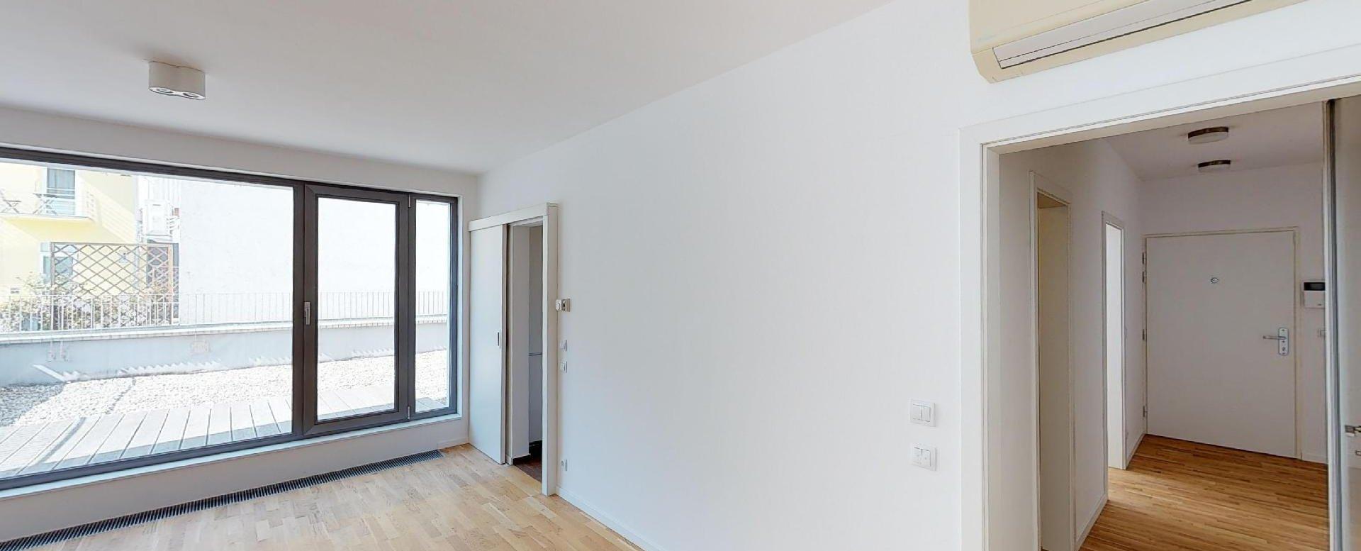 Obýavcia izba s klimatizáciou a kuchyňou v 2-izbovom byte na Strážnickej ulici v Starom meste Bratislavy