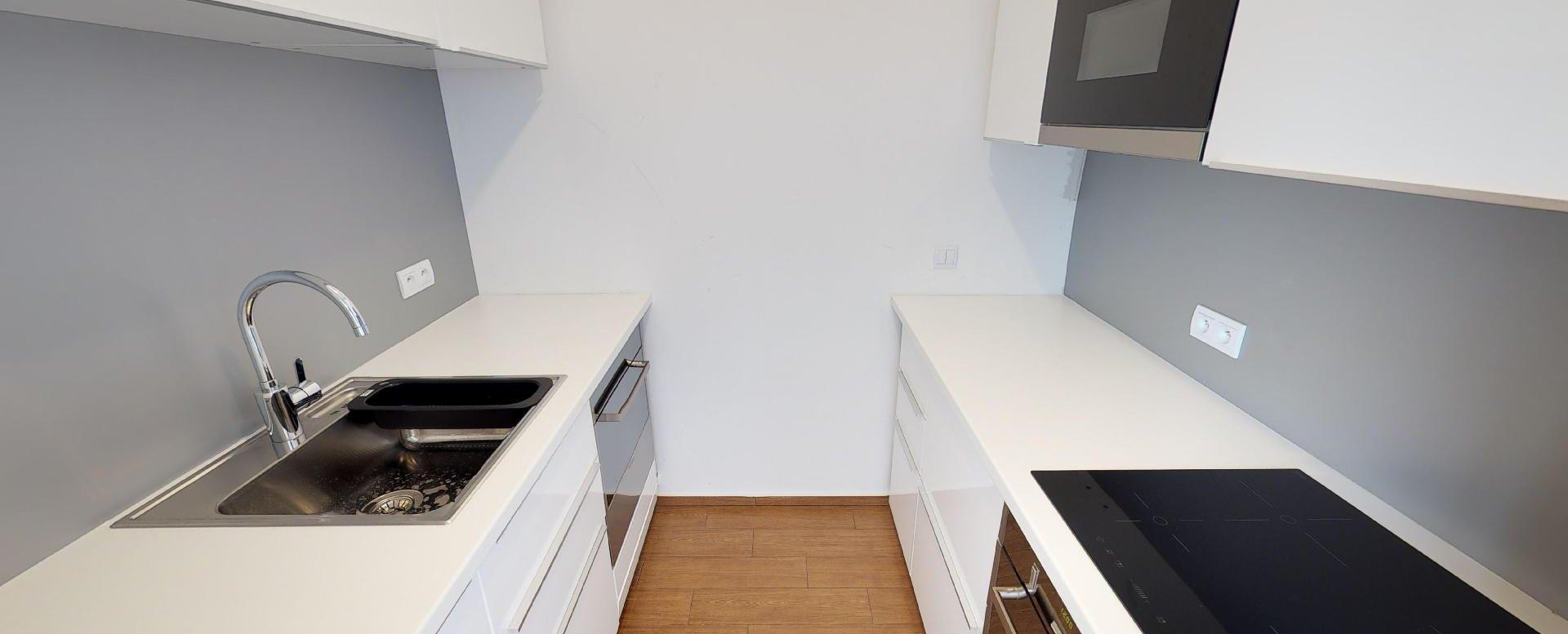 Kuchyňa v 2-izbovom byte na Strážnickej ulici v Starom meste Bratislavy