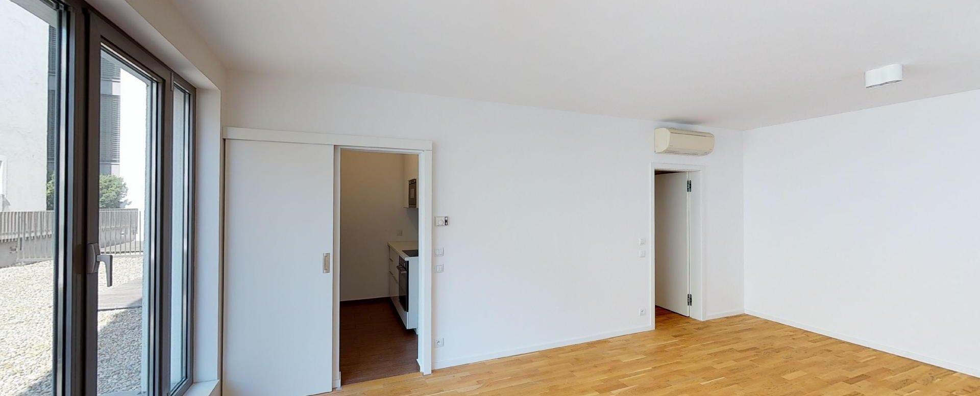Obývacia izba v 2-izbovom byte na Strážnickej ulici v Starom meste Bratislavy