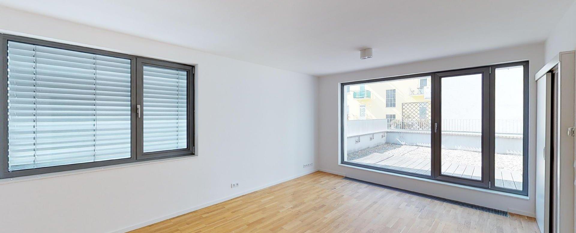 Obývacia izba so vstupom na terasu v 2-izbovom byte na Strážnickej ulici v Starom meste Bratislavy