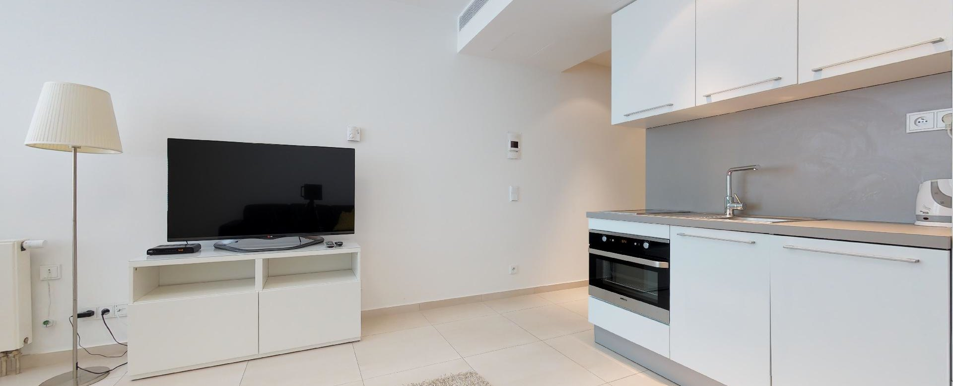 Kuchynský kút, TV a lampa