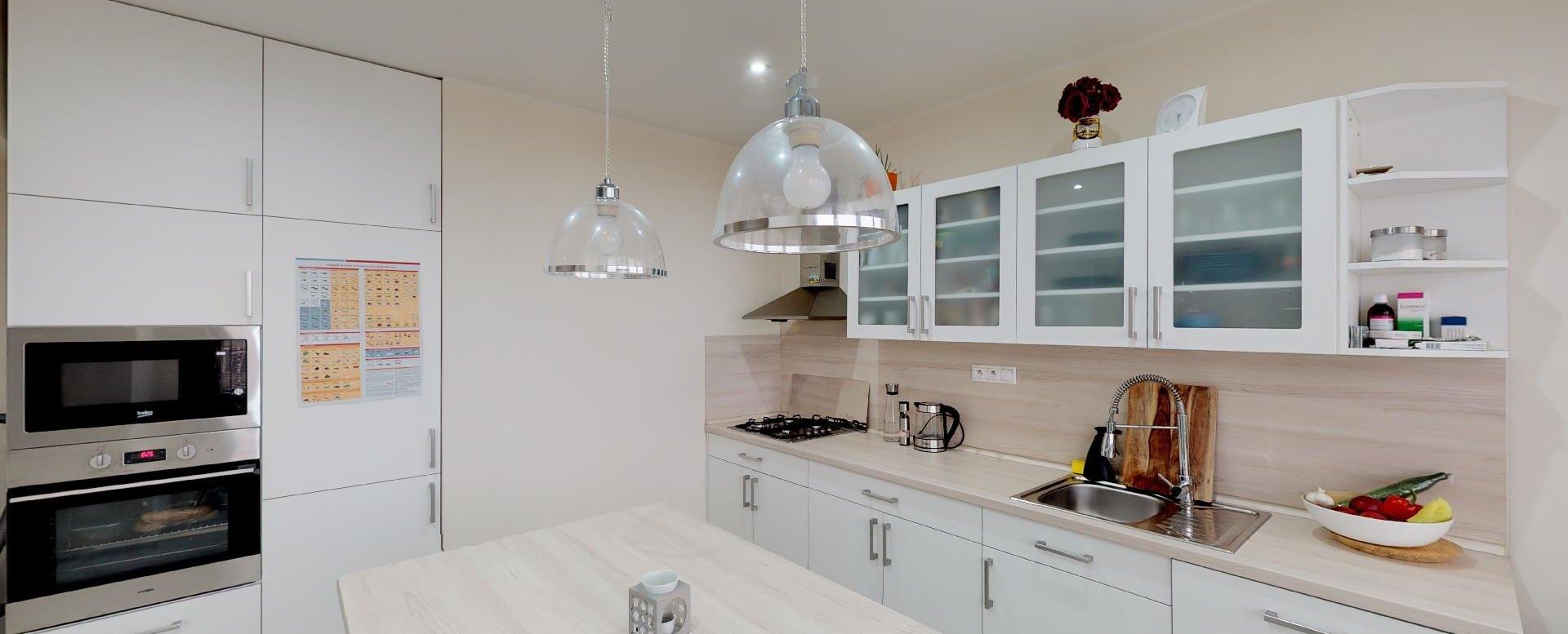 Moderná kuchyňa so spotrebičmi v 2-izbovom byte na bulvári v Žiline