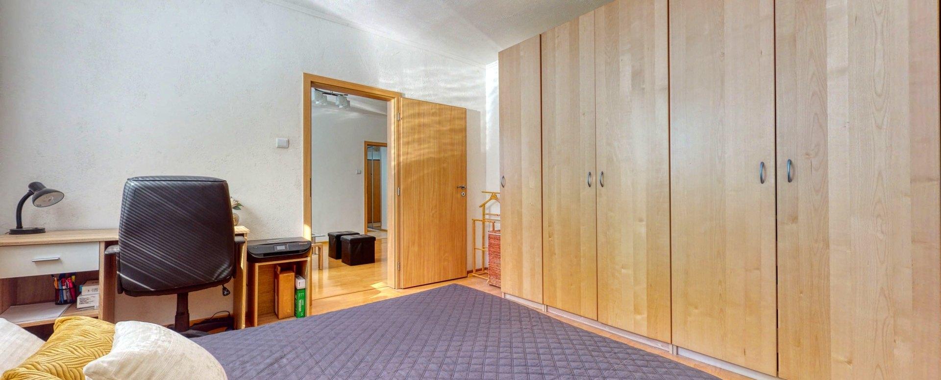 Pohľad na skrine v spálni