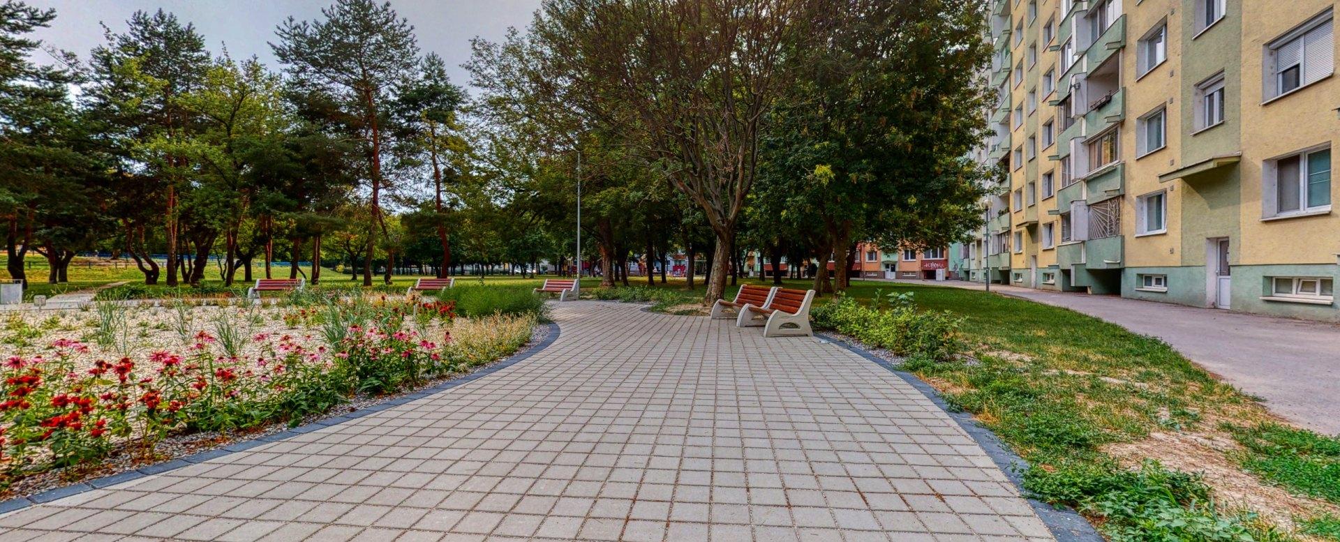 Pohľad na záhradku s lavičkami v parku