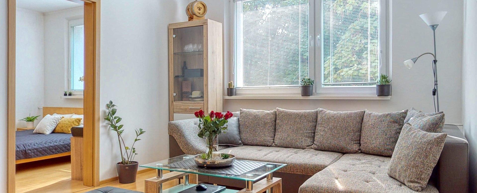 Pohľad do obývacej izby a spálne