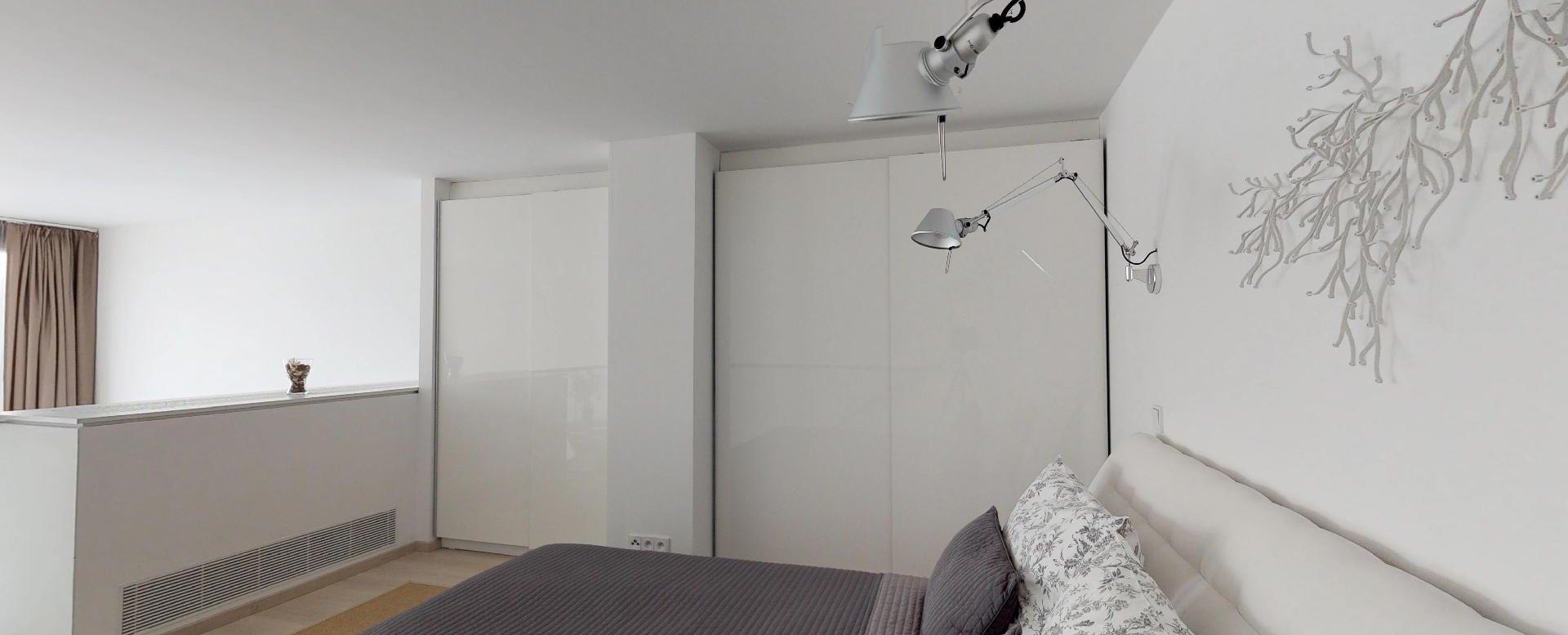 spálňa so manželskou posteľou