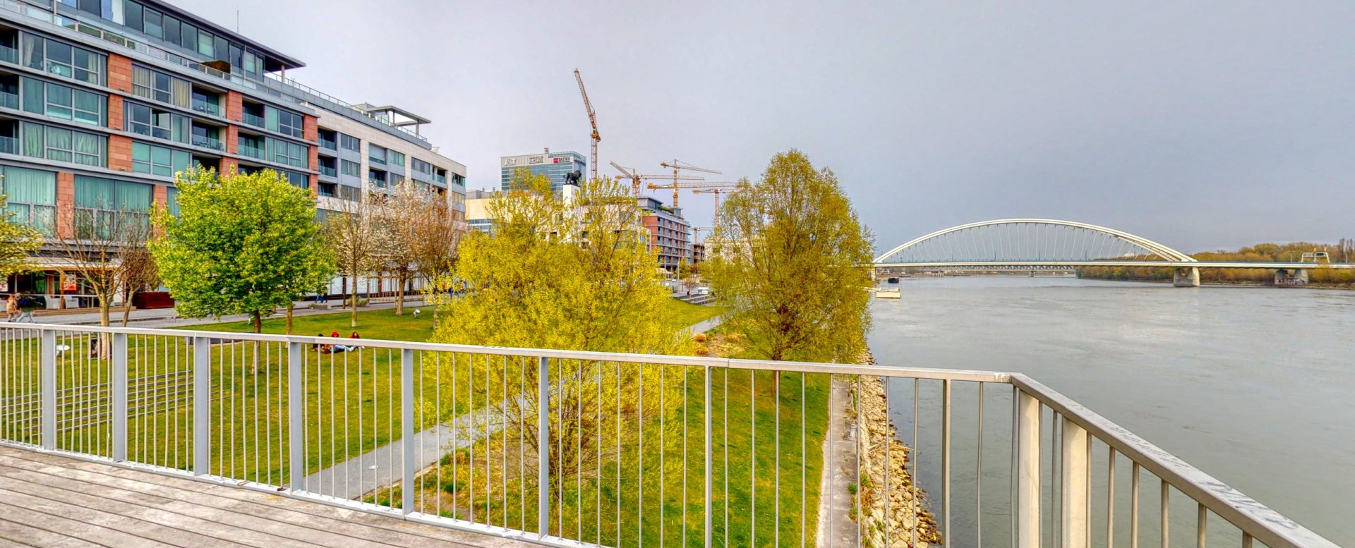 Pohľad z móla na nábrežie Dunaja a Most Apollo