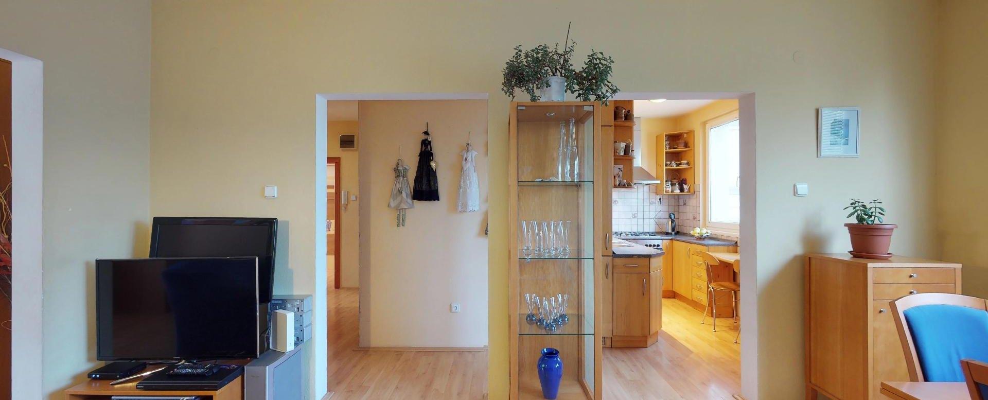 Pohľad do chodby a kuchyne