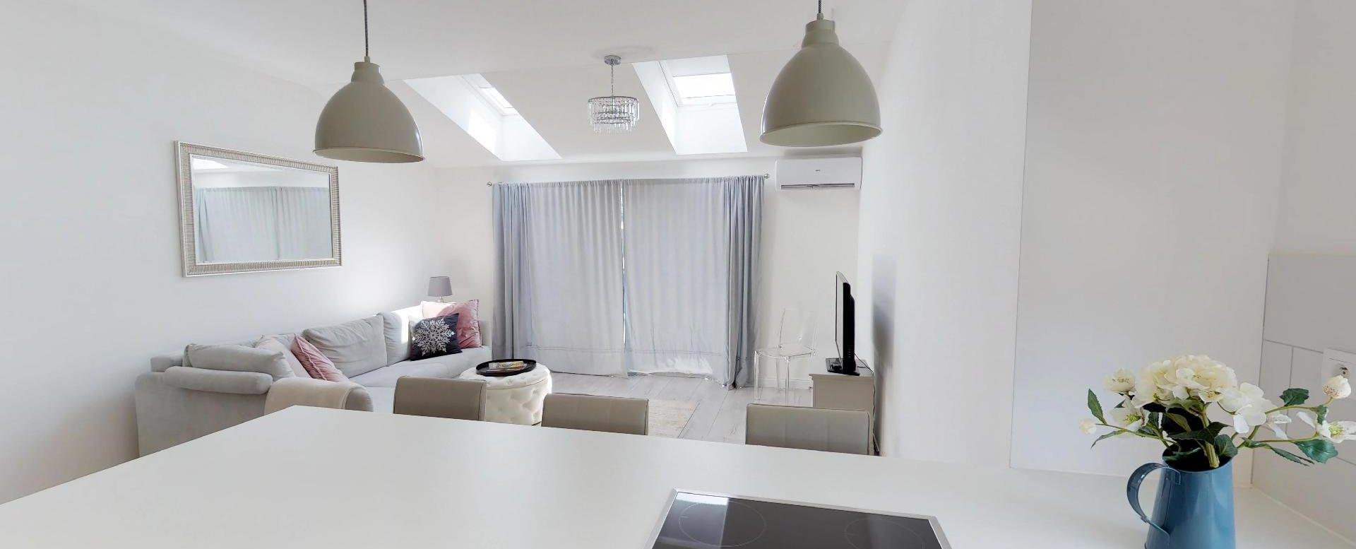pohľad z kuchyne do obývacej izby