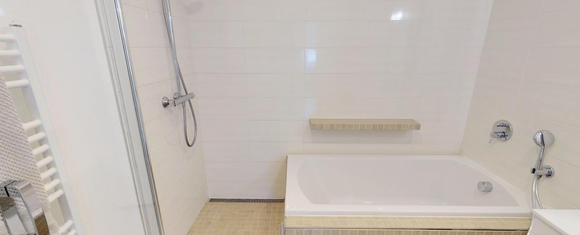Vaňa so sprchovým kútom