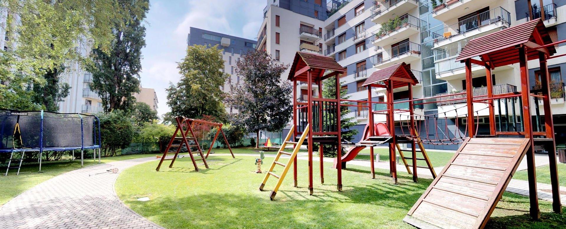 Dvor s detským ihriskom v Boria na Štrkovci
