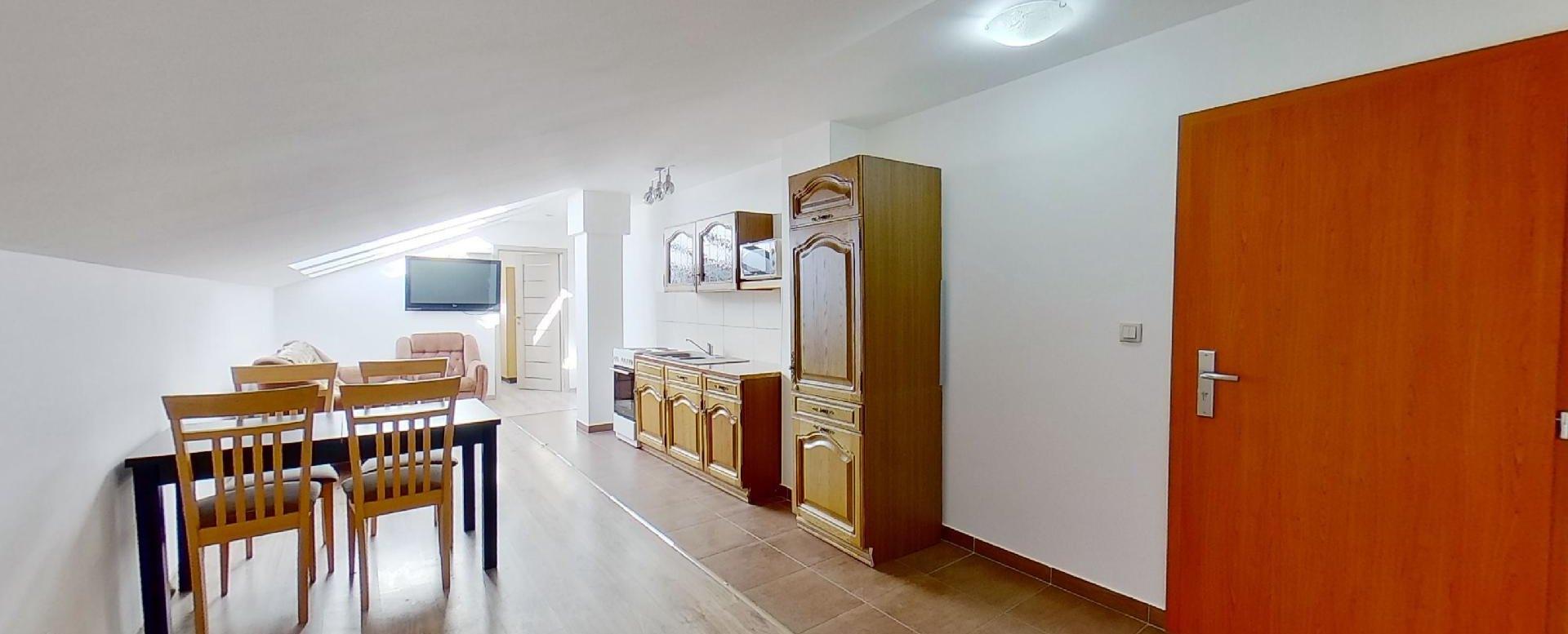 pohľad do obývacej izby s jedálňou a kuchynským kútom