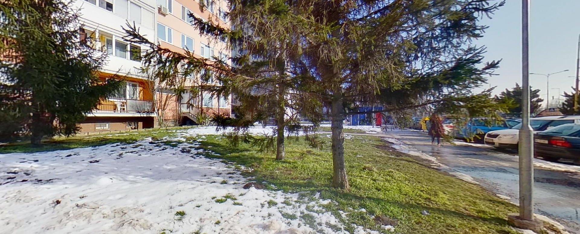 Zeleň pred bytovým domom