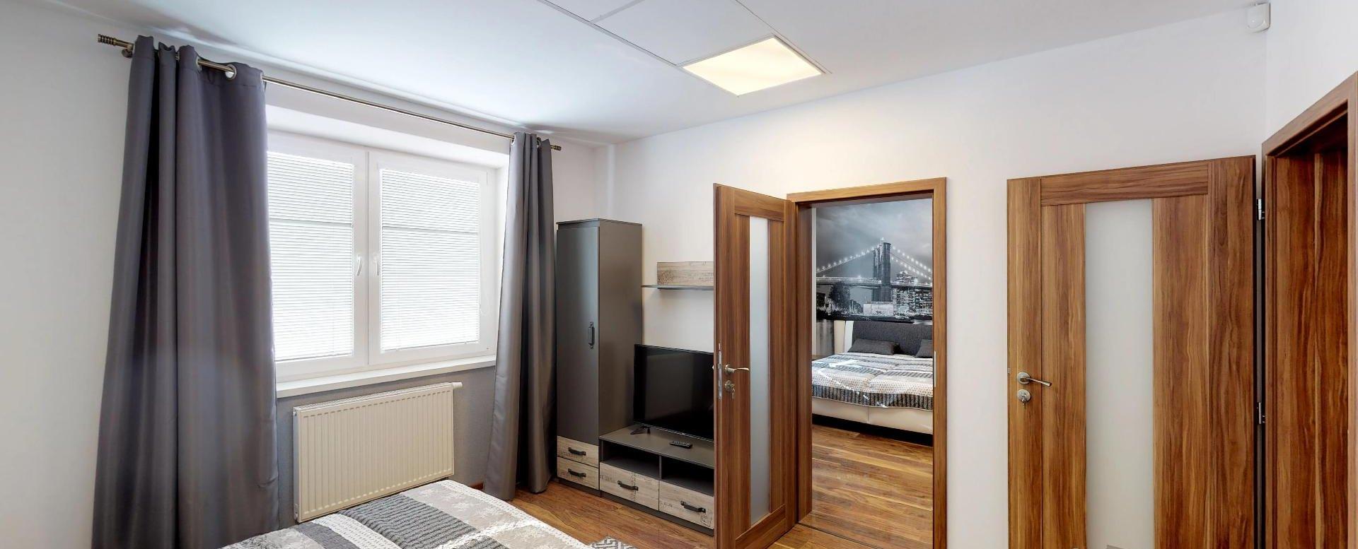 manželská postel v spálni 1