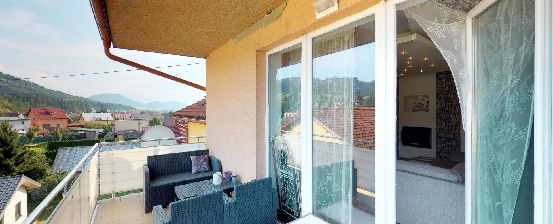 Terasa Zariadená obývacia izba v 3-izbovom byte v Kysuckom Lieskovci